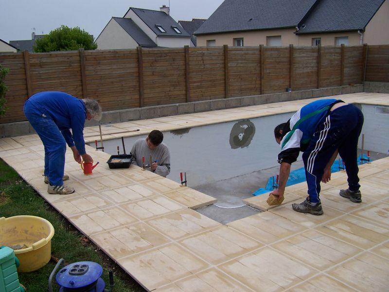 Pose des dalles et margelles piscine dans le finist re sud - Margelle piscine contemporaine tours ...